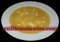 Sopa de fideos y huevo