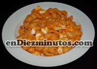 Caracolillos de pasta con tomate y huevo